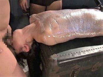 微乳美少女がラップでぐるぐる巻きにされ電マ責め後仰向けイラマ拷問!【あおいれな】