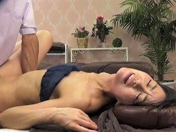 陰部マッサージで卑猥液溢れる貧乳人妻さん!デカチンの誘惑に負けて延長セックスで大量腹射!【宮島優】