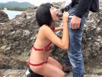 普通の女の子が首輪を付けて貧乳丸出し露出プレイ!勃起チンポ咥えさせてフェラ抜き!【陽木かれん】
