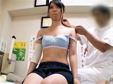 部活帰りのポニテ貧乳JKを整体師がわいせつマッサージ!膣内をチンポでほぐしてゴム射!